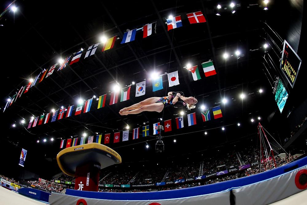 Kunstturnerin Ariella Kaeslin springt den Jurtschenko am 23. Oktober 2010 im Sprungfinal an der Kunstturnweltmeisterschaft in Rotterdam.