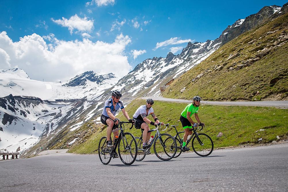 Foto: Philipp Schmidli. 5.6.2015, Soelden: Mike von Gruenigen, Marco Buechel und Frank Woerndl (L-R) beim Schlussanstieg auf den Rettenbachgletscher.