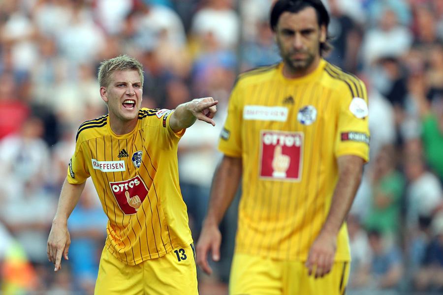 Florian Stahel (links) gibt Anweisungen an Tomislav Puljic in der Super League Partie zwischen dem FC Aarau und dem FC Luzern am Samstag, 20. Juli 2013 im BrŸgglifeld Aarau.