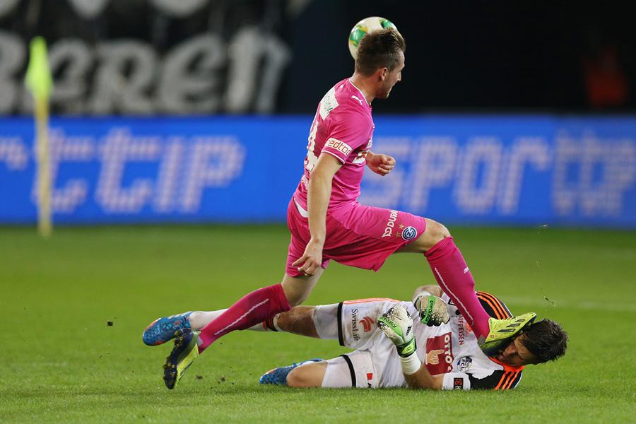 Luzerns David Zibung bekommt einen Schlag ins Gesicht von GCs Izet Hajrovic in der Super League Partie zwischen dem FC Luzern und GC ZŸrich am Mittwoch, 25. September 2013 in der Swissporarena Luzern.