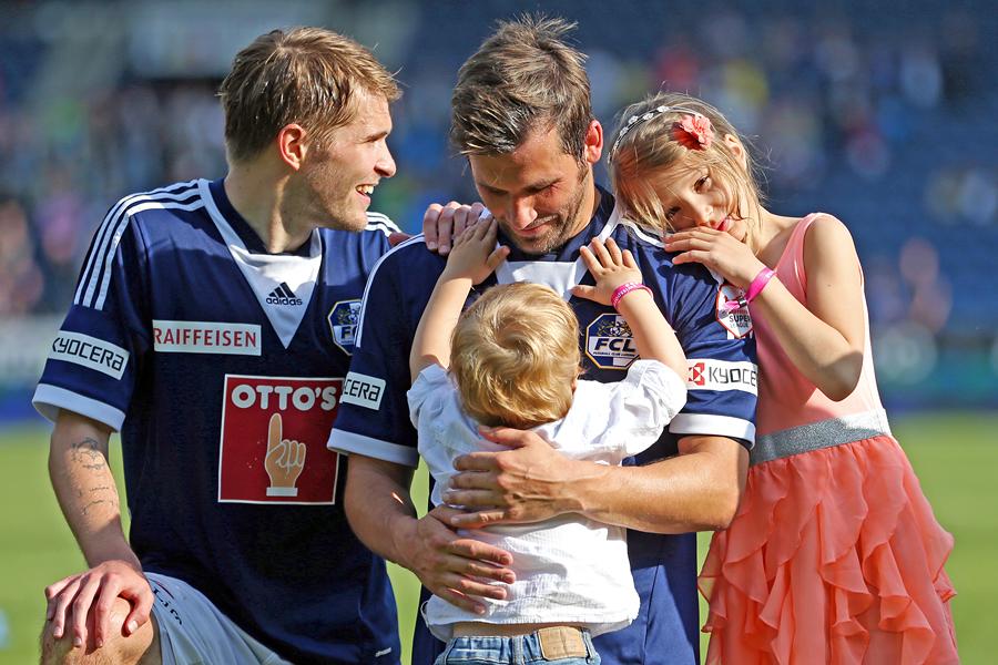 Michel Renggli feiert mit seiner Tochter Casey und Sohn Chase sein Karriereende nach dem Super League Partie zwischen dem FC Luzern und dem FC Thun am Sonntag, 18. Mai 2014 in der Swissporarena Luzern.