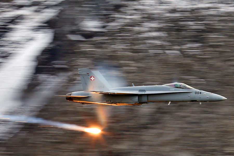 Ein F/A-18 am Fliegerschiessen auf der Axalp.