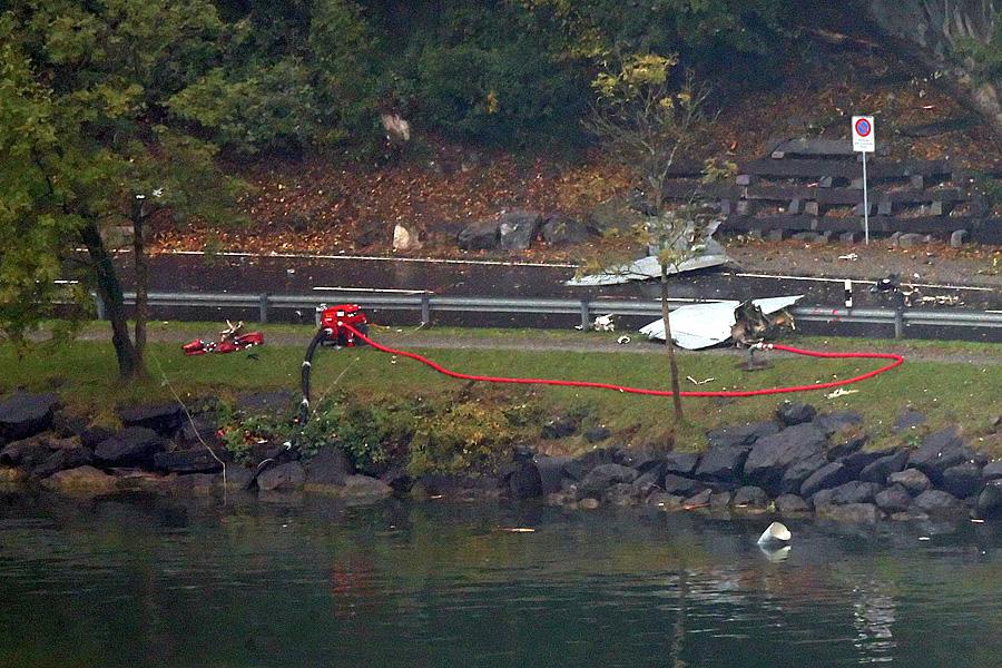 Trümmerteile liegen auf der Strasse. Ein F/A-18 der Schweizer Luftwaffe stürzte bei schlechtem Wetter am Mittwoch, 23. Oktober 2013 bei Alpnachstad OW ab.