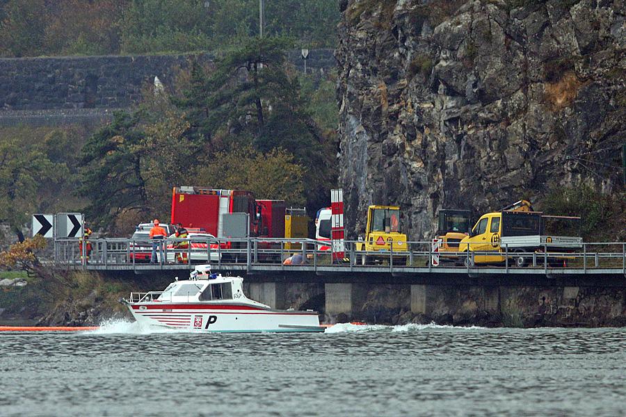 Die Wasserpolizei sichert die Absturzzone beim See ab. Ein F/A-18 der Schweizer Luftwaffe stürzte bei schlechtem Wetter am Mittwoch, 23. Oktober 2013 bei Alpnachstad OW ab.