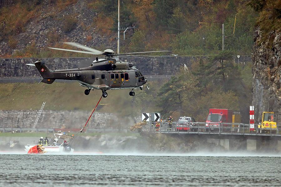 Ein Super Puma holt Wasser aus dem Vierwaldstättersee um damit das Feuer bei der Absturzstelle zu löschen. Ein F/A-18 der Schweizer Luftwaffe stürzte bei schlechtem Wetter am Mittwoch, 23. Oktober 2013 bei Alpnachstad OW ab.