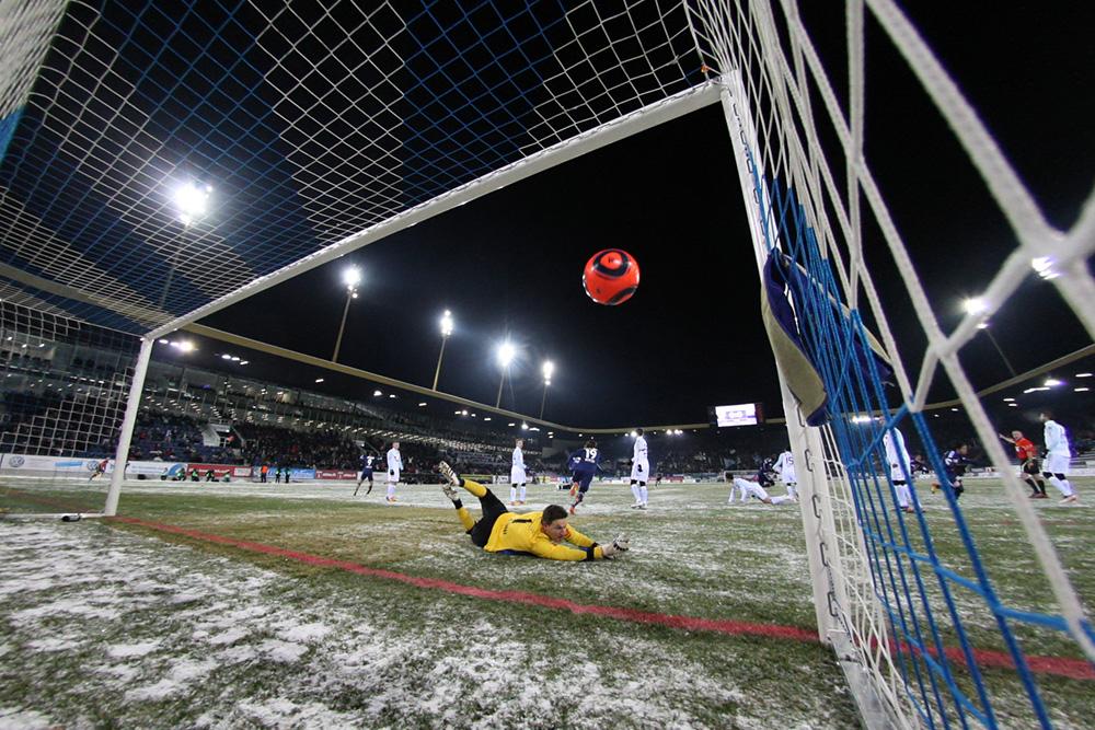Luzerns Jahmir Hyka (nicht im Bild) erzielt das 1:0 gegen Zürichs Johnny Leoni in der Axpo Super League Partie zwischen dem FC Luzern und dem FC Zürich am Samstag, 4. Februar 2012 in der Swissporarena Luzern.