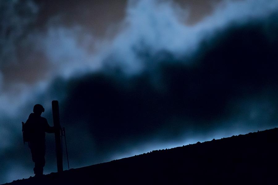 Warten und hoffen, dass sich die Wolken schnell verziehen. Noch befindet sich der Mond hinter dem Berg und man sieht ihn nicht, drei Minunten später jedoch entstand das finale Bild. Der Mond bewegt sich schnell über den Horizont.
