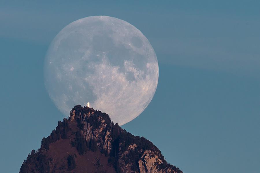 Mondaufgang hinter der Rigi Hochflue am 17. Oktober 2013.