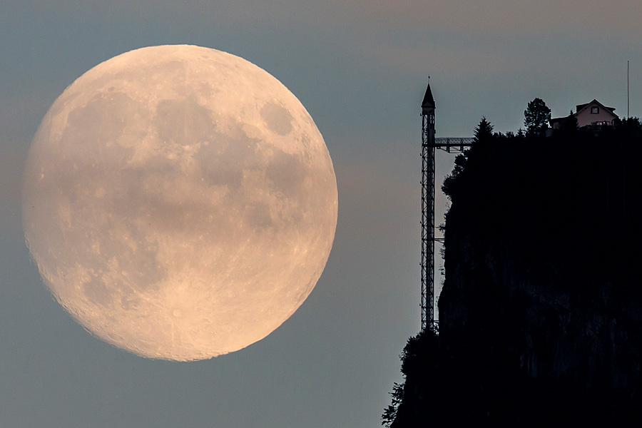 Mondaufgang beim Hammetschwandlift am 17. Oktober 2013.